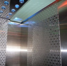 Tấm inox chống trượt là vật tư dùng trong nhu cầu dân dụng và công nghiệp, trong lĩnh vực gia công cơ khí, và có nhiều chủng loại tùy theo mục đích sử dụng. Giúp loại bỏ rủi ro bị trượt ngã khi đi trên cầu thang
