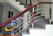Cầu thang tay vịn gỗ là sự kết hợp hài hòa, tinh tế giữa hai chất liệu gỗ và inox. Ngày càng ít người sử dụng cầu thang gỗ đơn thuần, hay cầu thang inox 100%. Thay vào đó là các mẫu tay vịn cầu thang inox giá rẻ bằng gỗ.