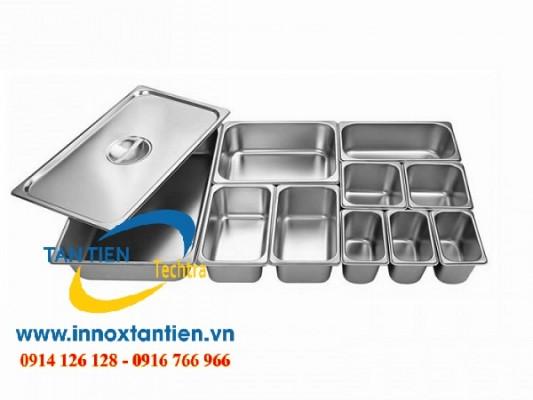 Khay inox trên thị trường đa dạng về chủng loại và kích thước. Trong đó phải kể đến: khay inox 40x60, khay inox 30x40, khay inox 35x50. Bạn có thể chọn mua khay inox 5 ngăn hoặc khay inox 6 ngăn (tùy mục đích sử dụng).